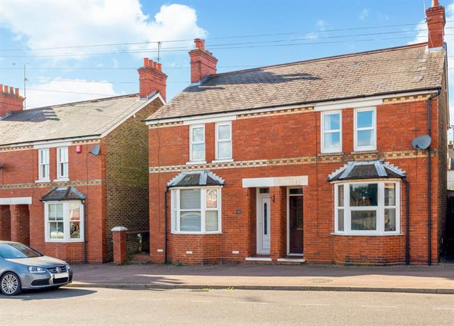 £1,275 per Calendar Month, 3 Bedroom End of Terrace House To Rent in Horsham, RH13
