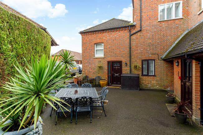 £1,733  per Calendar Month (Calculated), 2 Bedroom Mews House To Rent in Dorking, RH5