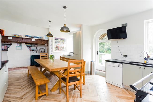 £3,950 per Calendar Month, 6 Bedroom Detached House To Rent in Henfield, BN5