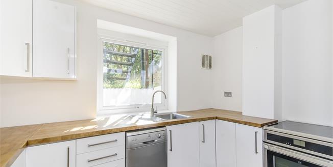 £1,425 per Calendar Month, 1 Bedroom Flat To Rent in London, SW12