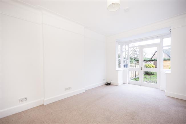 £1,100 per Calendar Month, 1 Bedroom Flat To Rent in Hampton, TW12