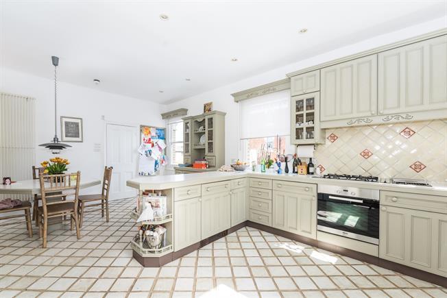 £3,495 per Calendar Month, 3 Bedroom Apartment To Rent in Twickenham, TW1