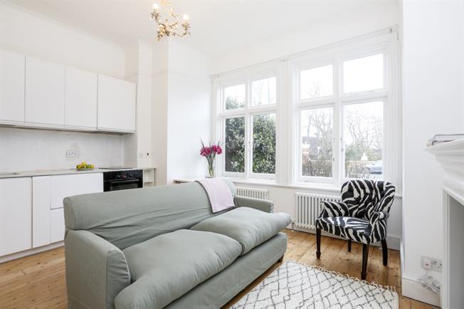 £1,300 per Calendar Month, 1 Bedroom Flat To Rent in Richmond, TW10