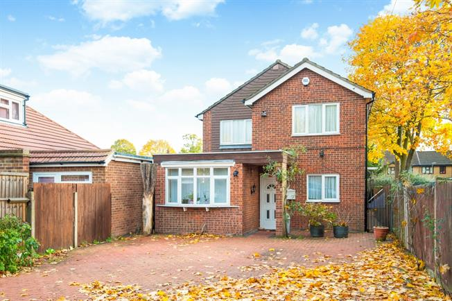 £1,895 per Calendar Month, 4 Bedroom Detached House To Rent in Sunbury-on-Thames, TW16