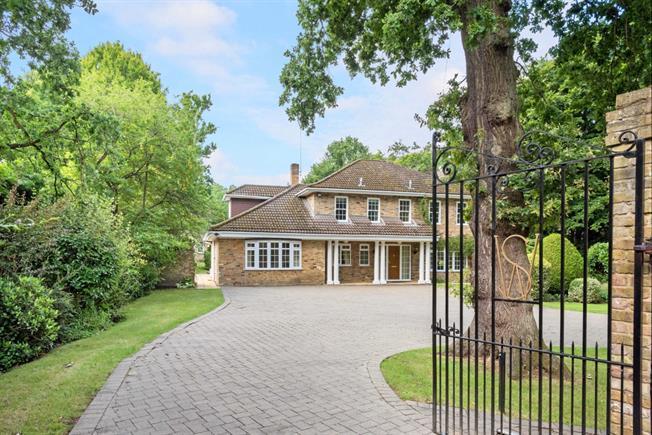 £4,995 per Calendar Month, 5 Bedroom Detached House To Rent in West Byfleet, KT14