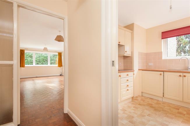 £1,250 per Calendar Month, 2 Bedroom Flat To Rent in Weybridge, KT13