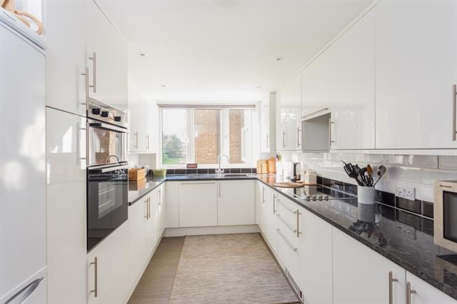 £1,300 per Calendar Month, 2 Bedroom Flat To Rent in Walton-on-Thames, KT12