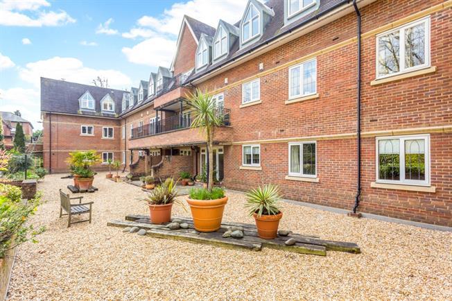 £2,200 per Calendar Month, 2 Bedroom Flat To Rent in Weybridge, KT13