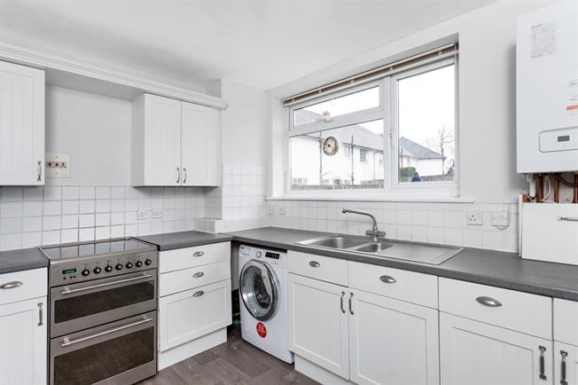 £1,050 per Calendar Month, 2 Bedroom Flat To Rent in Weybridge, KT13
