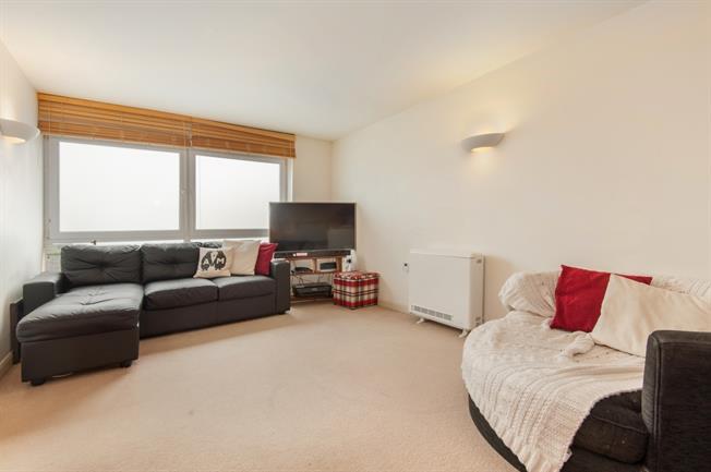 £850 per Calendar Month, 1 Bedroom Flat To Rent in Weybridge, KT13