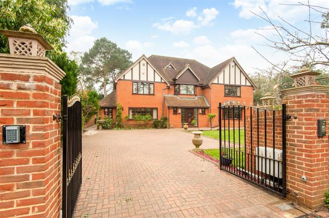 £6,500 per Calendar Month, 7 Bedroom Detached House To Rent in Weybridge, KT13