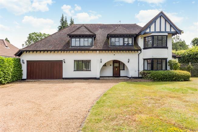 £4,500 per Calendar Month, 4 Bedroom Detached House To Rent in Walton-on-Thames, KT12