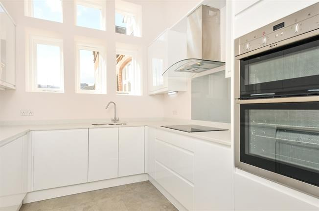 £1,900 per Calendar Month, 2 Bedroom Mews House To Rent in Sevenoaks, TN13