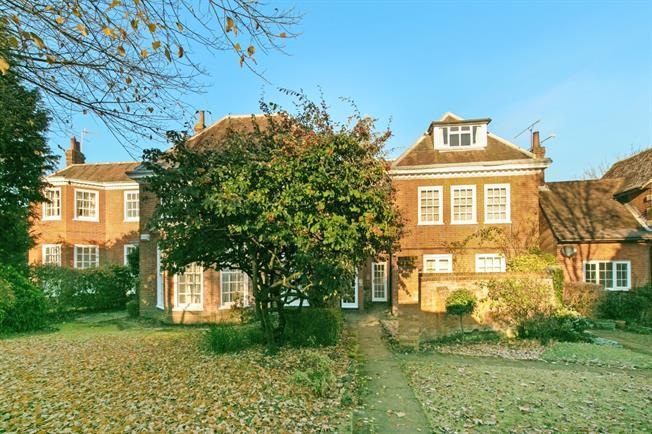 £1,150 per Calendar Month, 3 Bedroom Flat To Rent in Sevenoaks, TN13