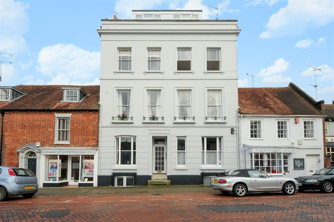 £995 per Calendar Month, 2 Bedroom Flat To Rent in Chichester, PO19