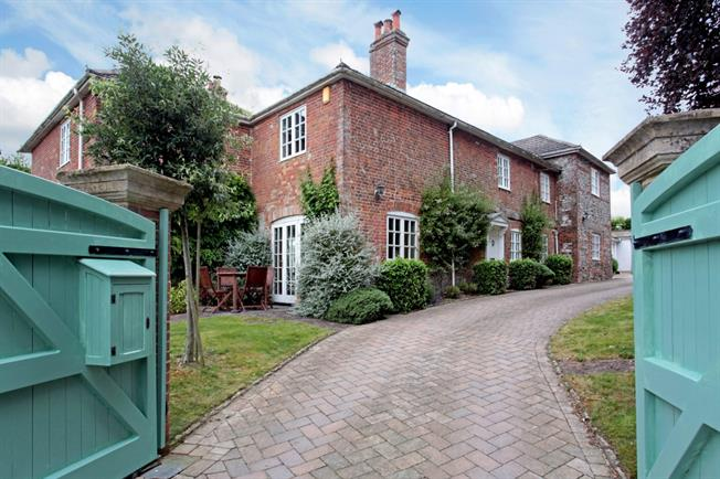£2,000 per Calendar Month, 4 Bedroom Detached House To Rent in South Newton, SP2