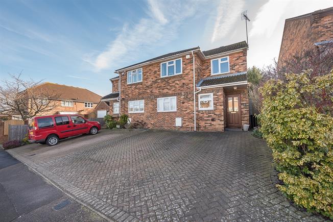 £1,995 per Calendar Month, 3 Bedroom House To Rent in Harpenden, AL5