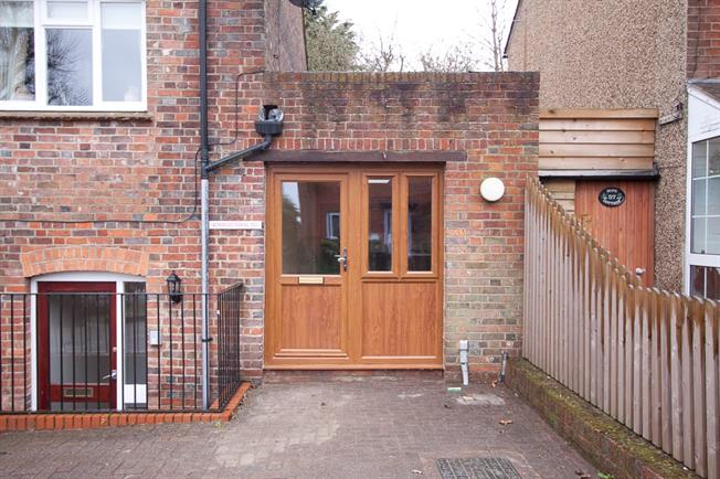 £575 per Calendar Month, Flat To Rent in Wheathampstead, AL4