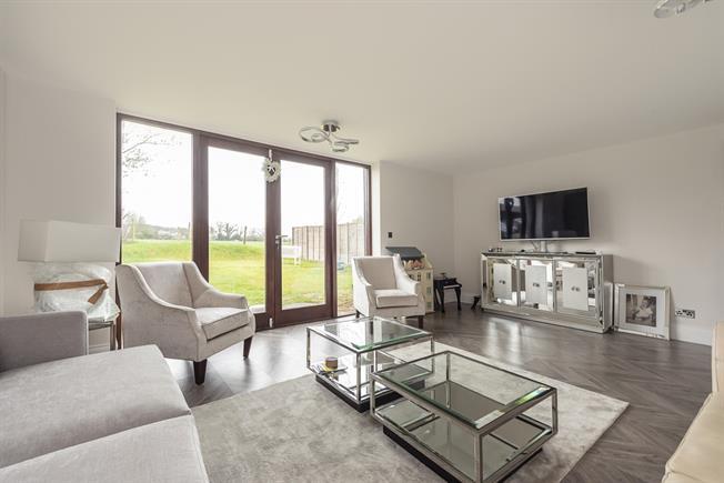 £2,750 per Calendar Month, 4 Bedroom Flat To Rent in Gaddesden Row, HP2