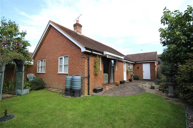 Guide Price £300,000, 2 Bedroom Bungalow For Sale in Holybourne, GU34