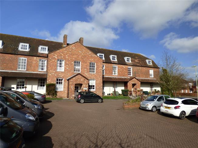 Asking Price £130,000, 1 Bedroom Flat For Sale in Alton, GU34