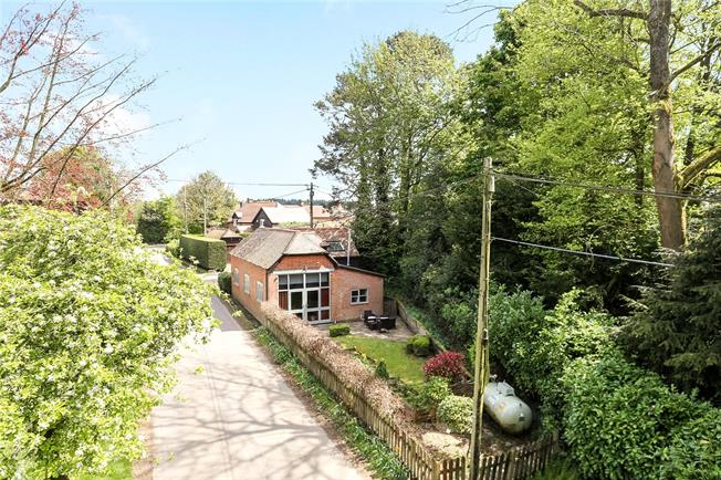 Guide Price £450,000, 3 Bedroom Detached House For Sale in Lasham, GU34