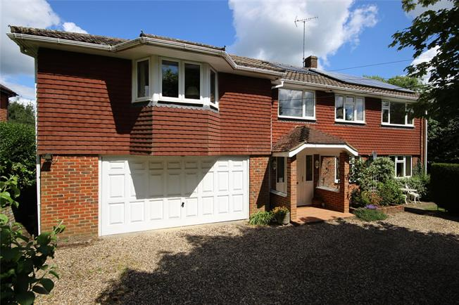 Guide Price £850,000, 5 Bedroom Detached House For Sale in Upper Farringdon, GU34