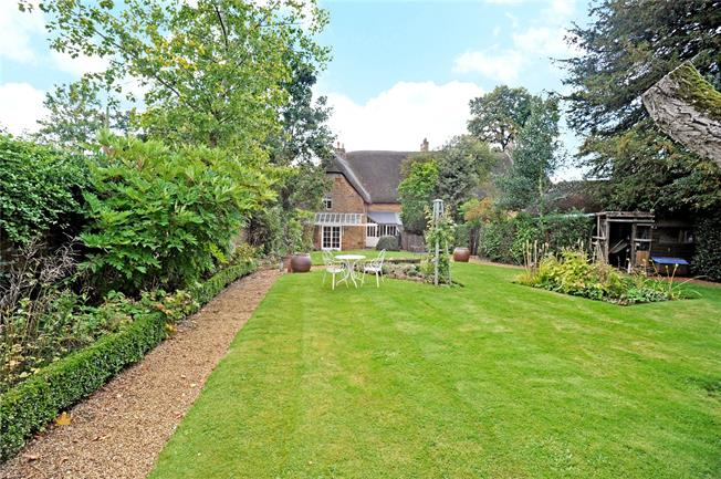 Guide Price £395,000, 3 Bedroom Semi Detached House For Sale in Bloxham, OX15