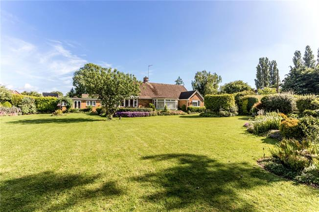 Guide Price £492,500, 3 Bedroom Bungalow For Sale in Middleton Cheney, OX17