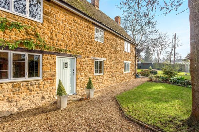 Guide Price £675,000, 4 Bedroom Detached House For Sale in Bloxham, OX15