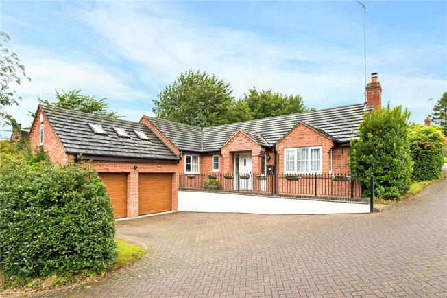 Guide Price £395,000, 4 Bedroom Bungalow For Sale in Byfield, NN11