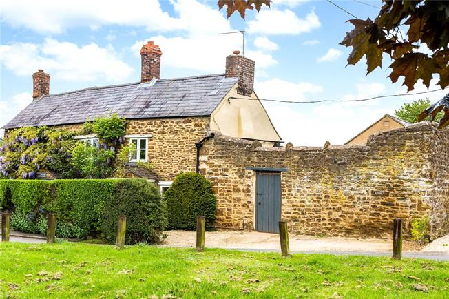 Guide Price £425,000, 3 Bedroom Detached House For Sale in Middleton Cheney, OX17