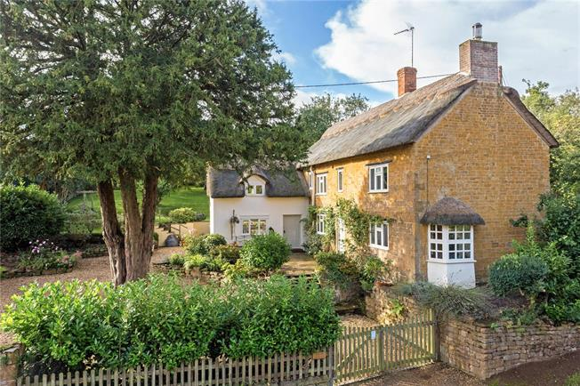 Guide Price £725,000, 4 Bedroom Detached House For Sale in Wroxton, OX15