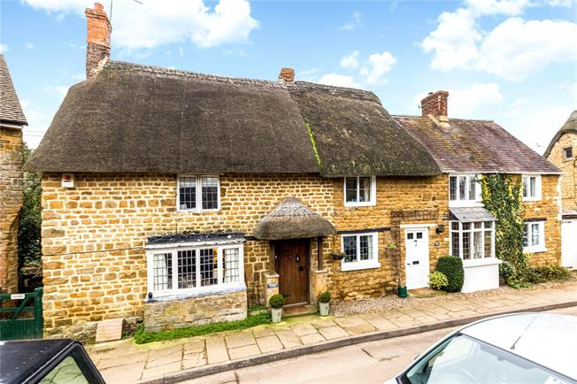 Guide Price £275,000, 2 Bedroom Terraced House For Sale in Bloxham, OX15