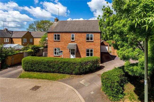 Guide Price £450,000, 4 Bedroom Detached House For Sale in Bloxham, OX15