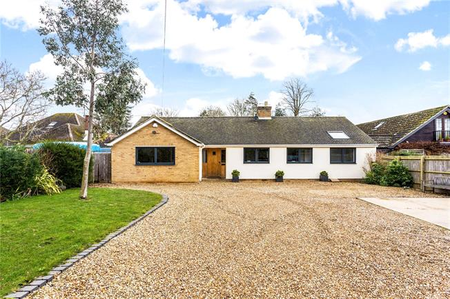 Guide Price £600,000, 5 Bedroom Bungalow For Sale in Bodicote, OX15