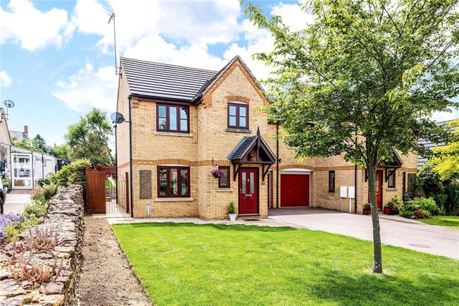 Guide Price £350,000, 3 Bedroom Semi Detached House For Sale in Banbury, Northamptonshire, OX17
