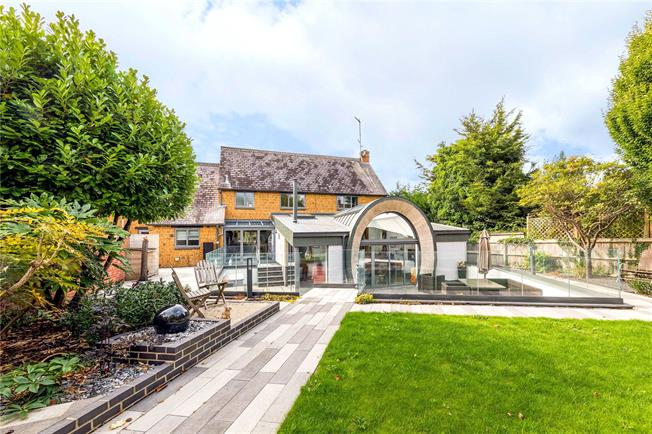 Guide Price £695,000, 4 Bedroom Detached House For Sale in Banbury, Oxfordshire, OX15