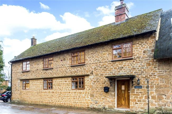 Guide Price £475,000, 4 Bedroom Semi Detached House For Sale in Bloxham, OX15