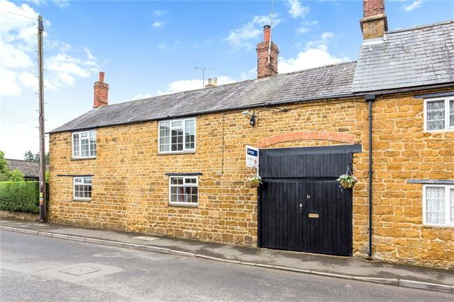 Guide Price £350,000, 3 Bedroom Semi Detached House For Sale in Banbury, Oxfordshire, OX15