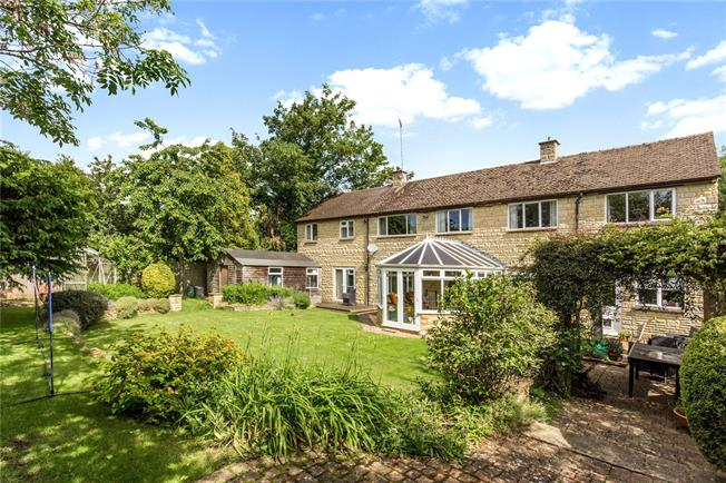 Guide Price £700,000, 5 Bedroom Detached House For Sale in Bloxham, OX15