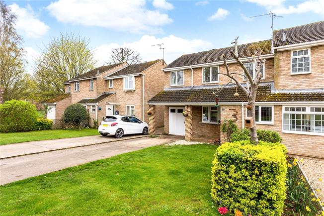 Guide Price £300,000, 3 Bedroom Semi Detached House For Sale in Banbury, Oxfordshire, OX17