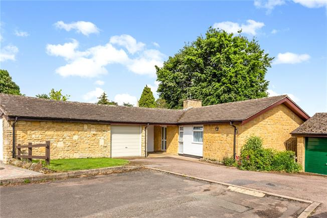 Guide Price £300,000, 3 Bedroom Bungalow For Sale in Banbury, Oxfordshire, OX17