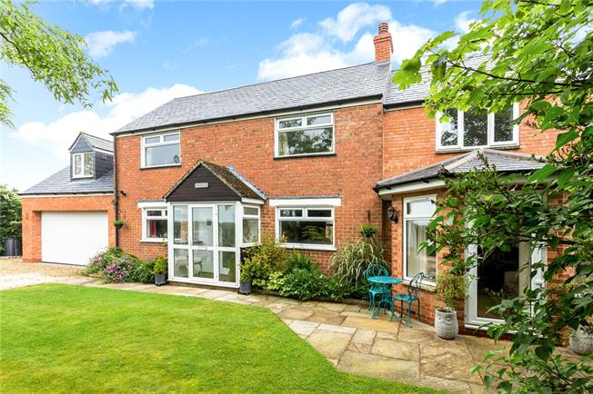 Guide Price £450,000, 3 Bedroom Detached House For Sale in Oxfordshire, OX17