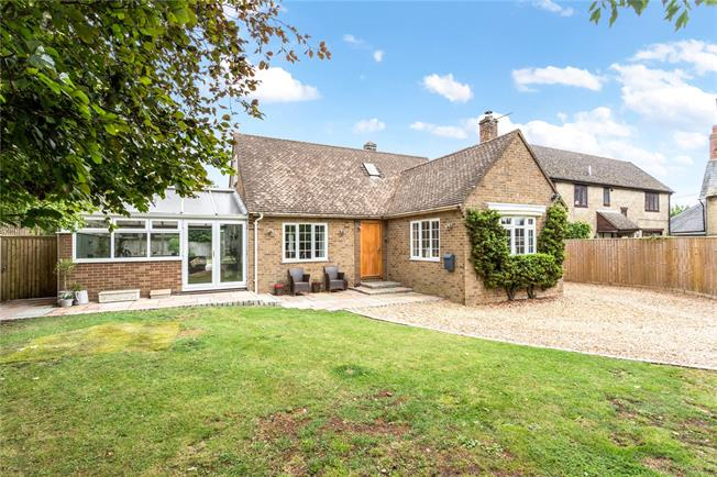 Guide Price £550,000, 3 Bedroom Detached House For Sale in Brackley, Northamptonshir, NN13