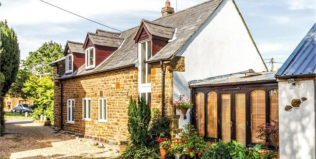 Guide Price £365,000, 3 Bedroom Detached House For Sale in Northamptonshire, NN11