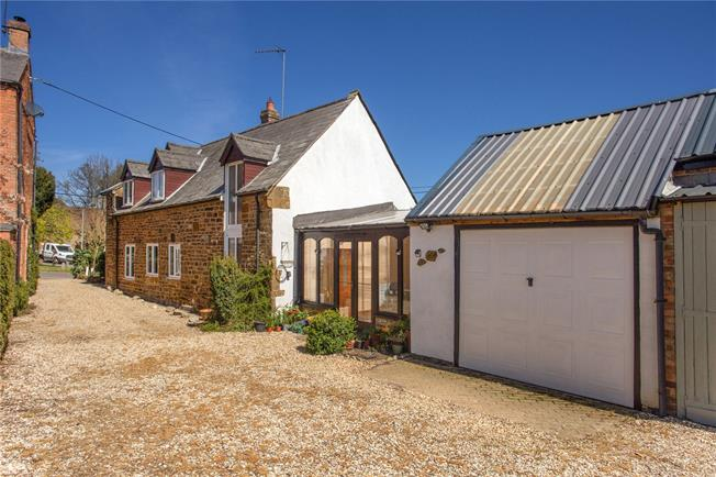 Guide Price £375,000, 3 Bedroom Detached House For Sale in Byfield, NN11