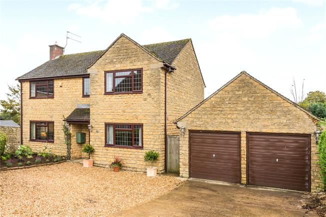 Guide Price £550,000, 4 Bedroom Detached House For Sale in Brackley, Northamptonshir, NN13