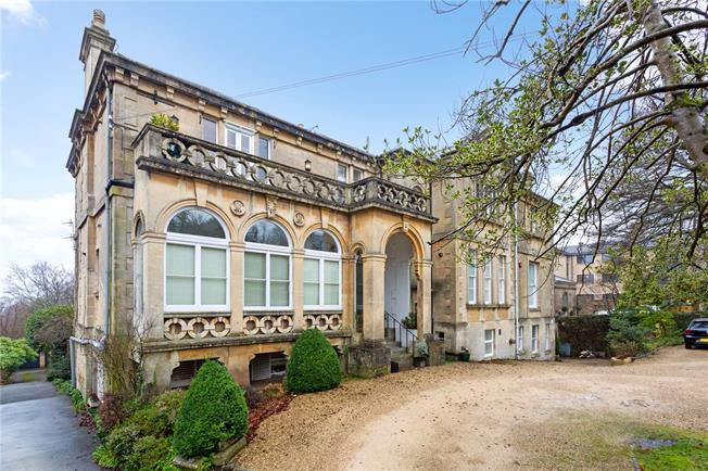 Guide Price £550,000, 2 Bedroom Flat For Sale in Bath, BA1