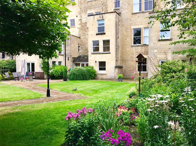 Guide Price £550,000, 3 Bedroom Flat For Sale in Bath, BA2